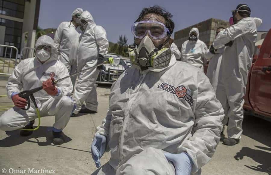 CovidBusters. Un grupo de personas jóvenes en Tijuana sanitizan casas, calles y autos de manera gratuita a fin de evitar la propagación del Covid-19, se hacen llamar los CovidBusters