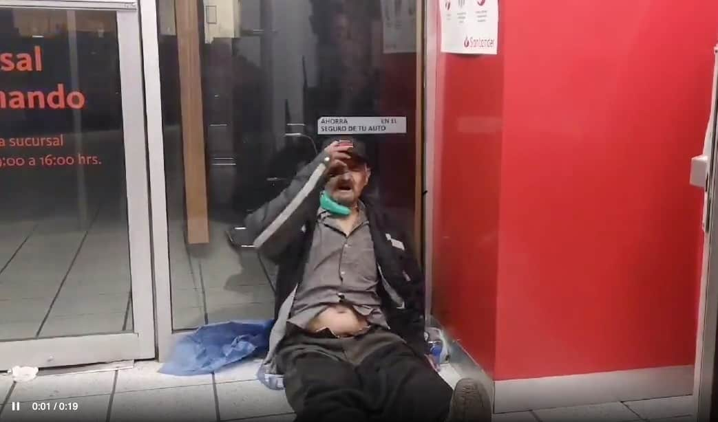 Un hombre mayor en situación de calle empezó a tener serias dificultades para respirar, acudió a varios hospitales de donde fue rechazado, se alojó en un cajero automático de Tlalpan en donde casi muere de asfixia; fue rescatado por una ambulancia que al fin lo ingresó a un nosocomio