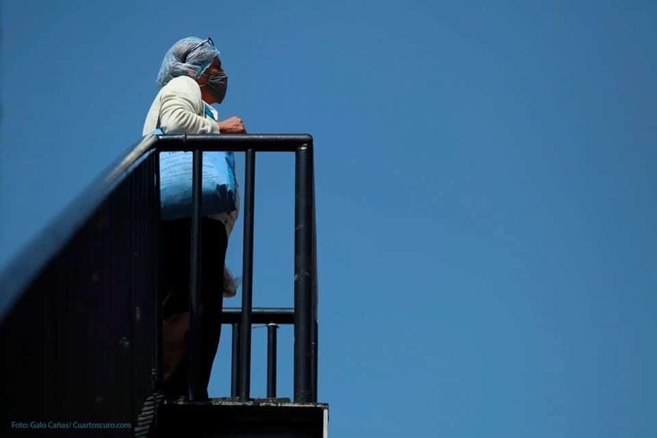Si te intuban, yo me voy a venir a sentar aquí hasta que salgas, dice Elsa Blancarte, madre de una paciente internada en el Centro Médico La Raza. Elsa está al pendiente de su hija, portadora de Covid-19, desde un puente que permite ver hacia el hospital.  Foto: Agencia CuartoOscuro