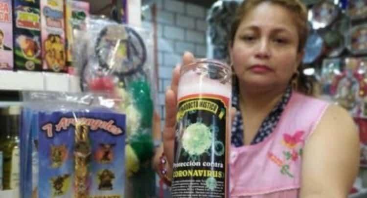 En el Mercado de Sonora, en la CDMX, una mujer vende veladoras para protegerse del Covid-19