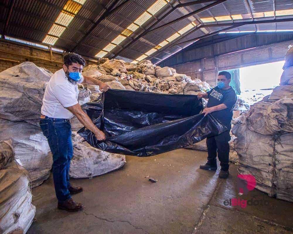 Hace unas semanas la fábrica de bolsas Ruboplast, ubicada en Ecatepec, estaba a punto de irse a la quiebra por la prohibición en la CDMX de dar bolsas de plástico a los clientes por parte de las tiendas. La pandemia de Covid-19 los vino a salvar porque ahora se especializaron en la fabricación de bolsas para cadáveres de coronavirus