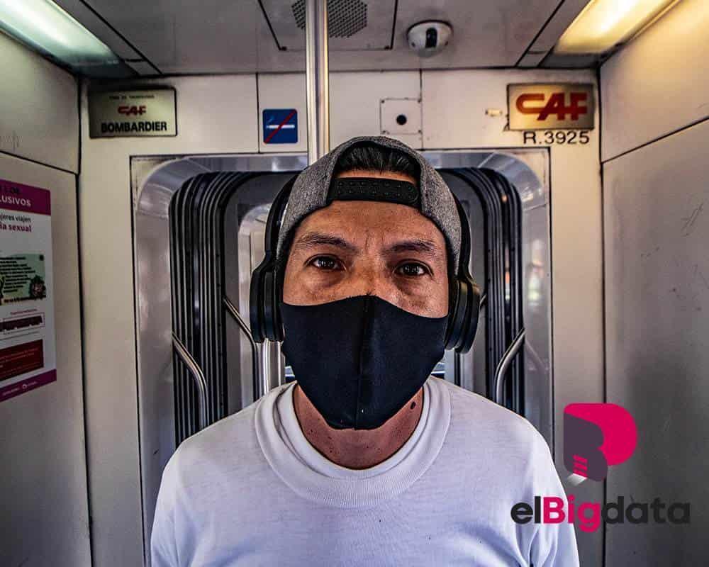 Usuario del Metro toma las medidas necesarias ante la pandemia del Covid-19