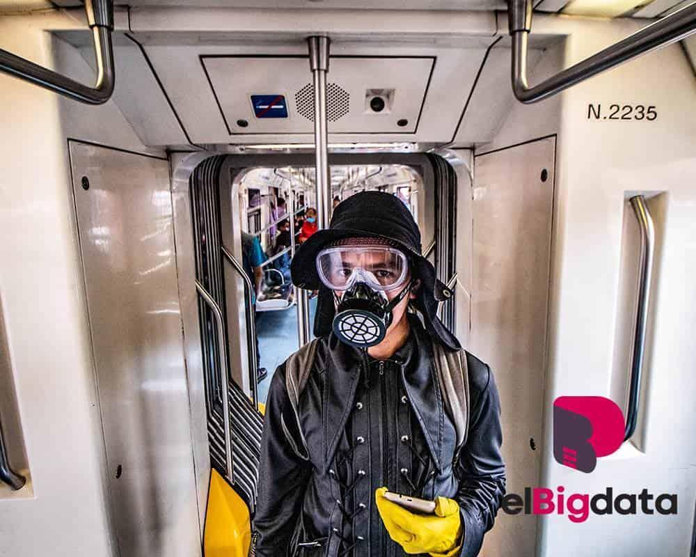 Usuario del Metro con mascara guantes y goggles para protección ante pandemia