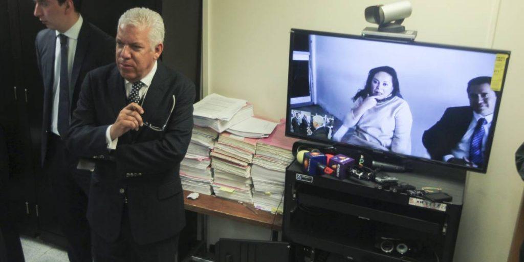 Marco del Toro Carazo en una videoconferencia con su defendida, Elba Esther Gordillo
